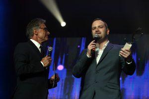 Sébastien Daucourt reçoit le trophée d'honneur des mains de Gérard Holtz